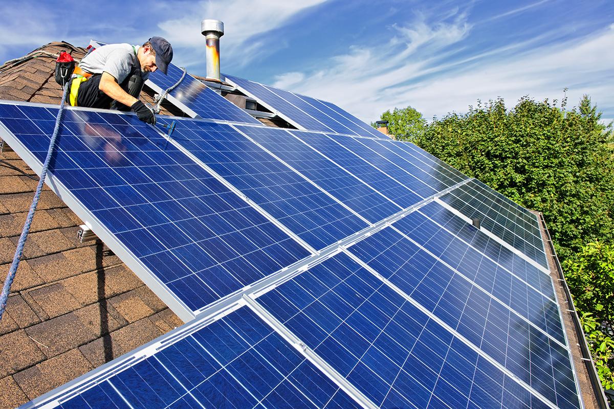 montaz paneli fotowoltaicznych na dachu