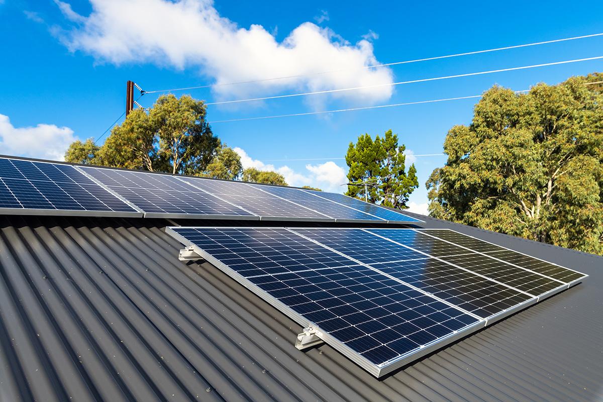Nowe panele fotowoltaiczne zamontowane na dachu